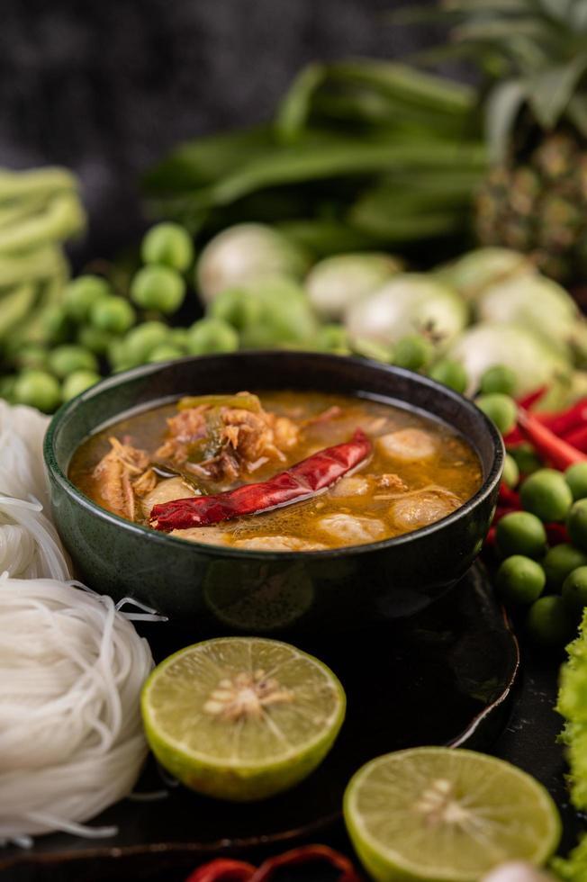 Platos de fideos de arroz de coco con ingredientes. foto