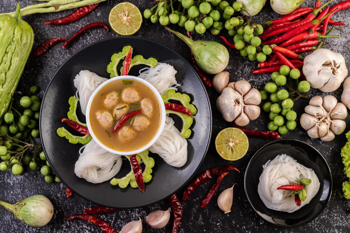 Comida tradicional de fideos de coco y arroz saludable con lados foto