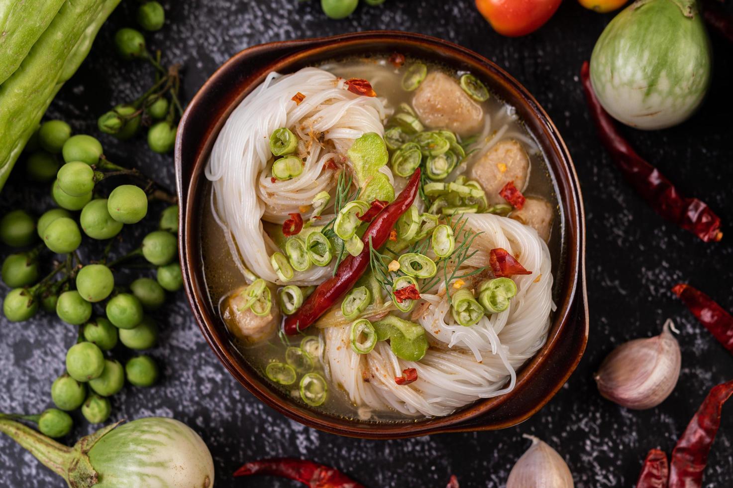 Plato de fideos de arroz con chiles, melón y lentejas foto