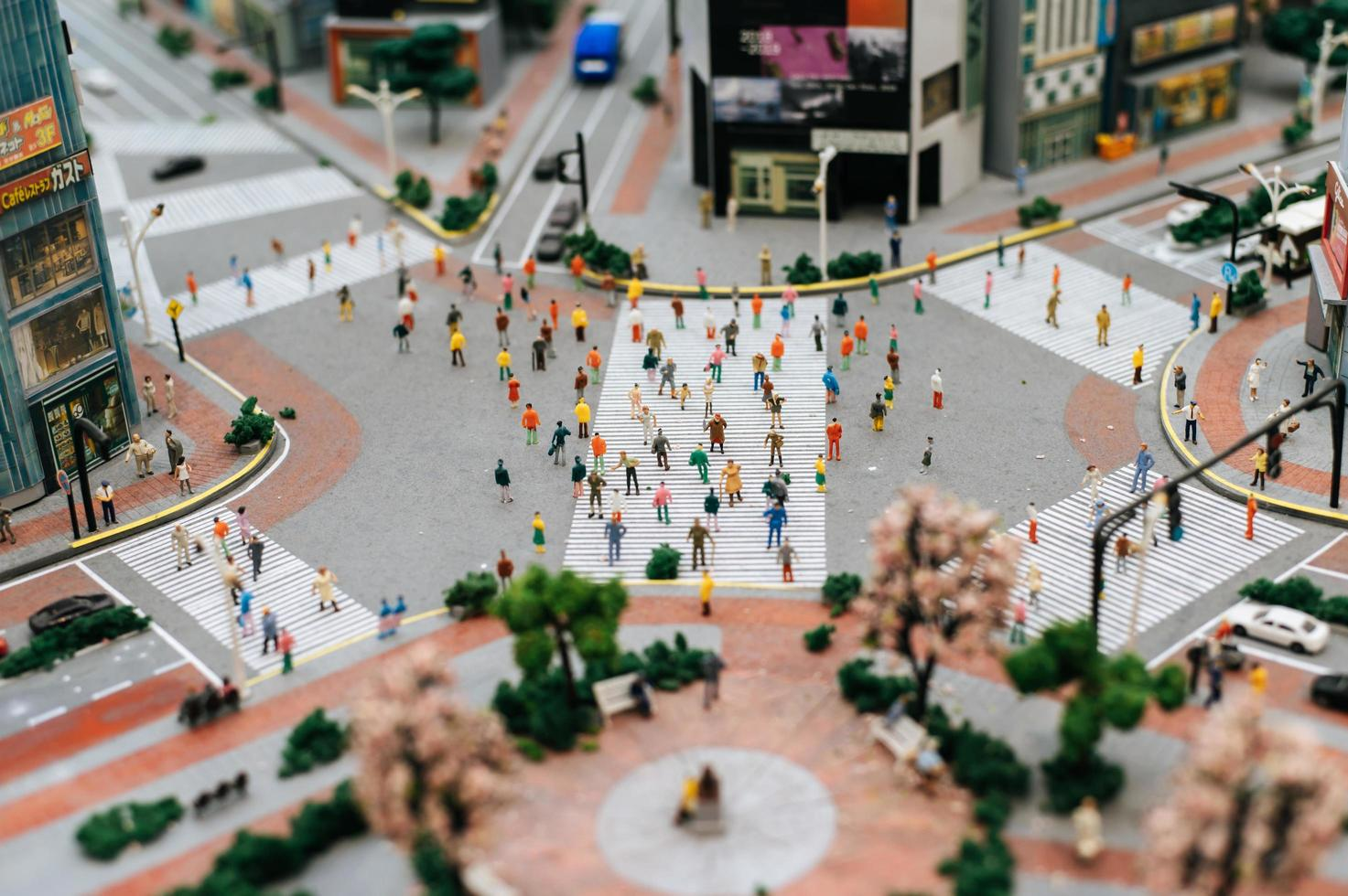 pequeña gente de cambio de inclinación en la ciudad foto