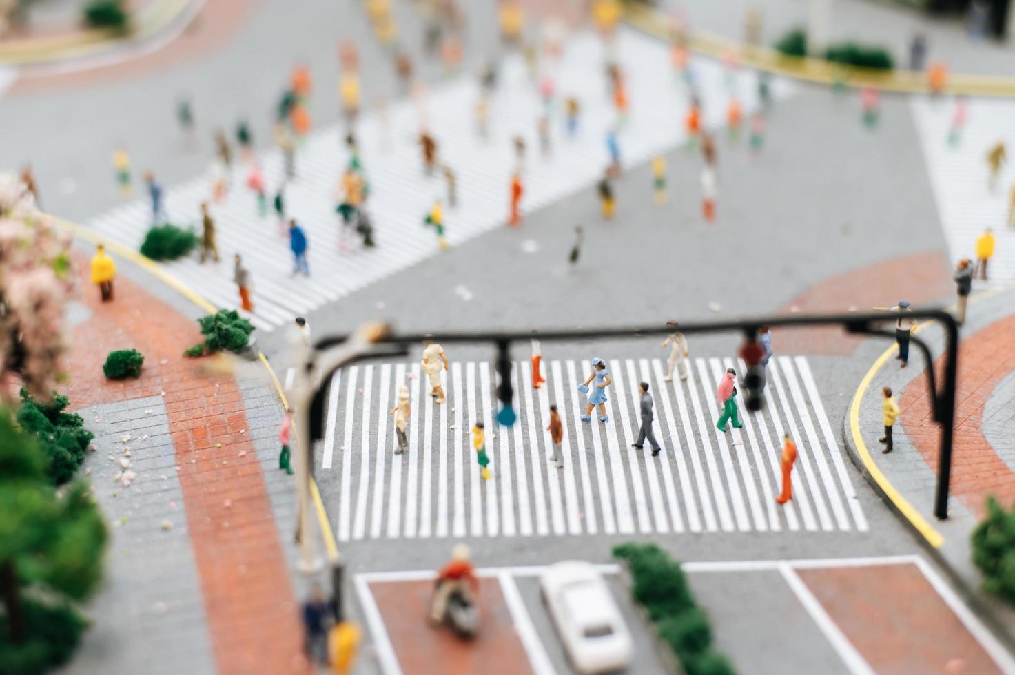 pequeña gente en miniatura en la calle foto