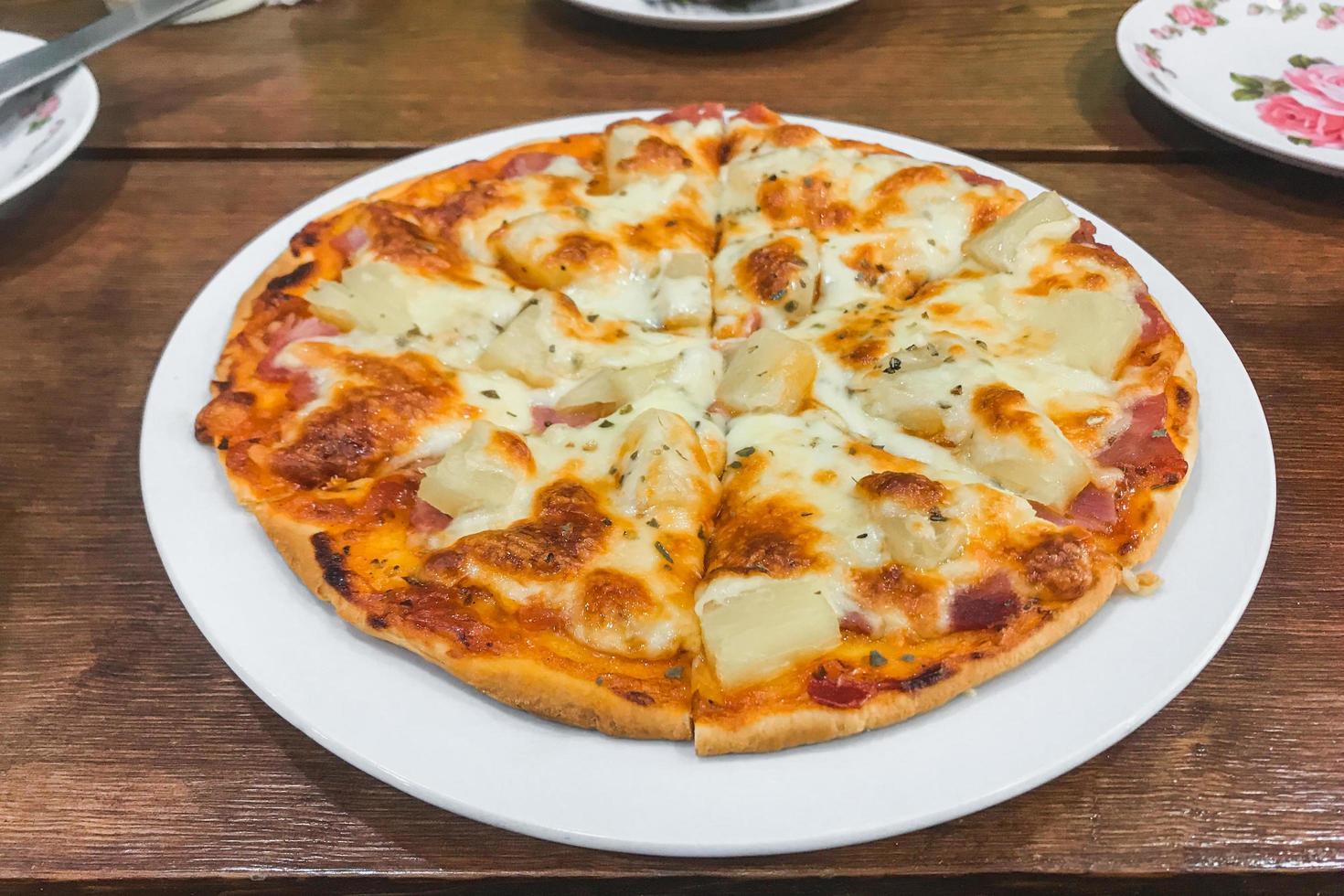 pizza de queso en un plato foto