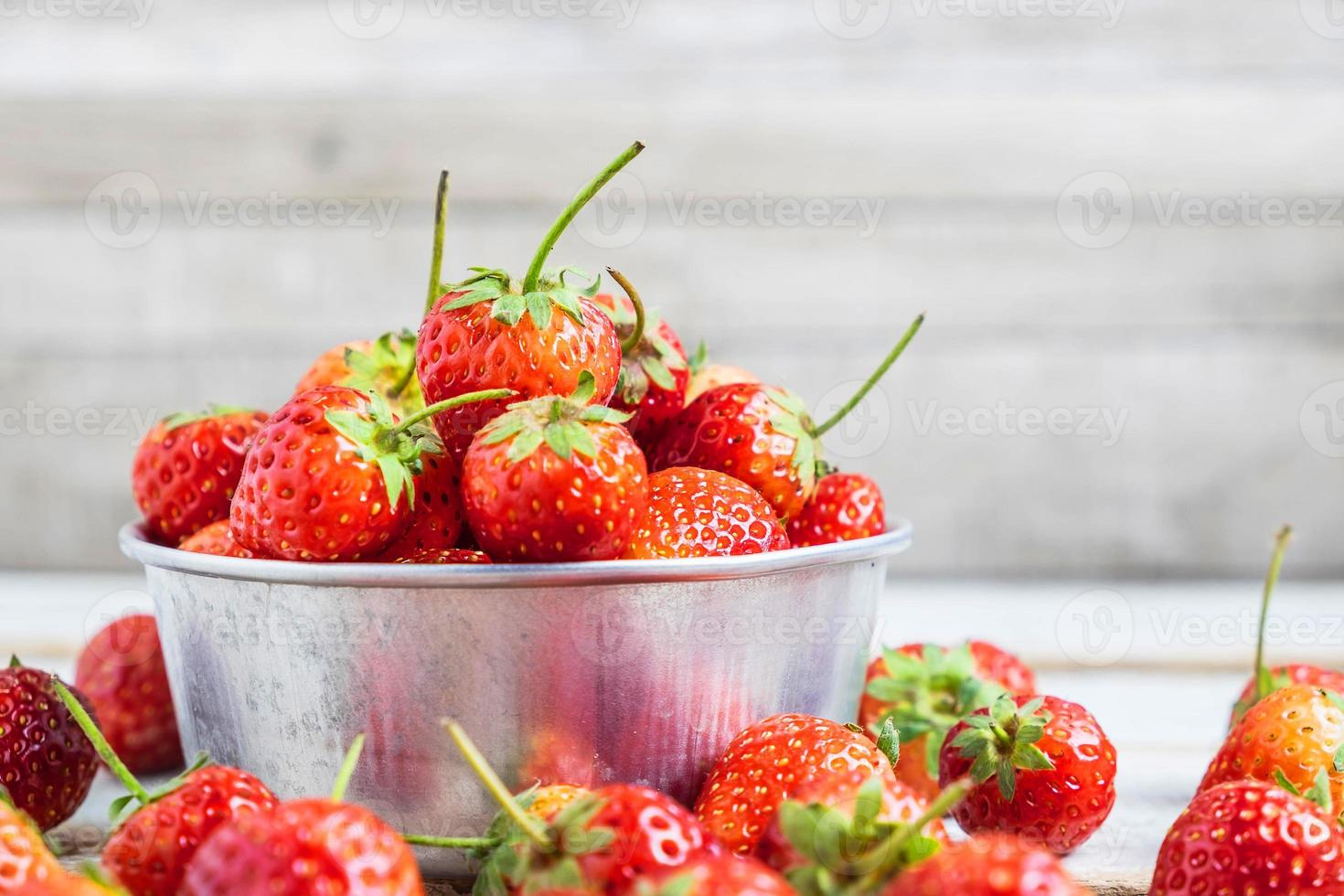 tazón de fresas frescas foto