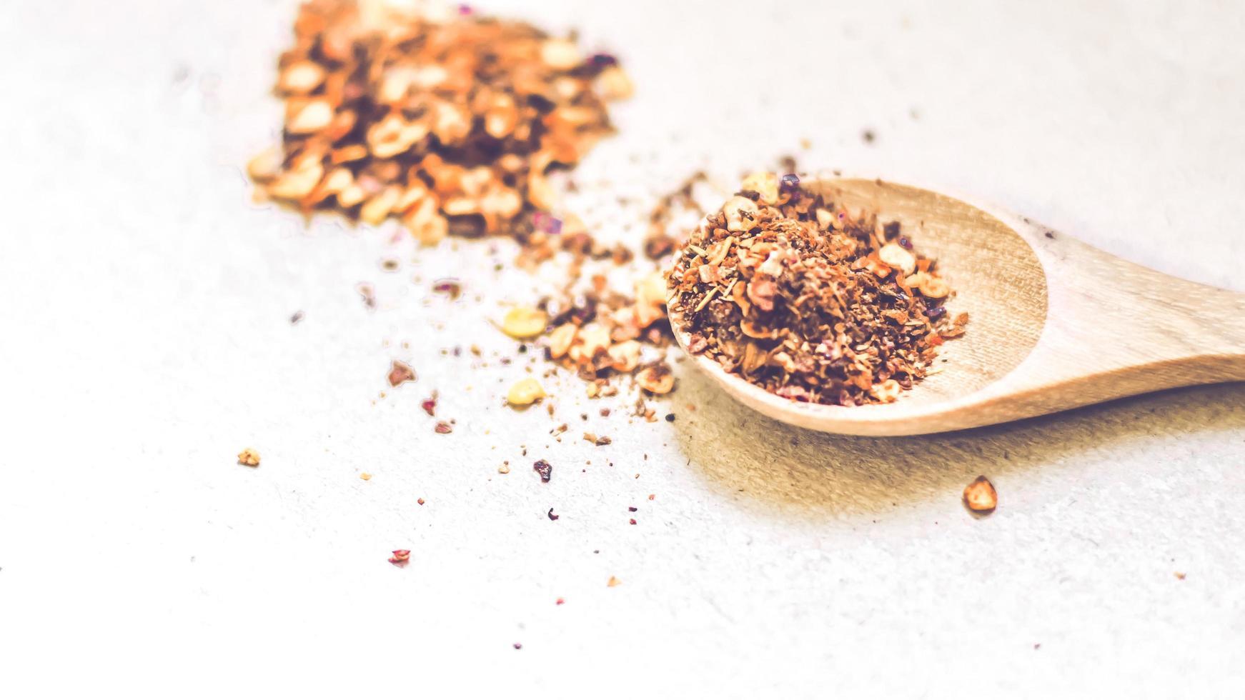 chile en polvo en una cuchara de madera foto