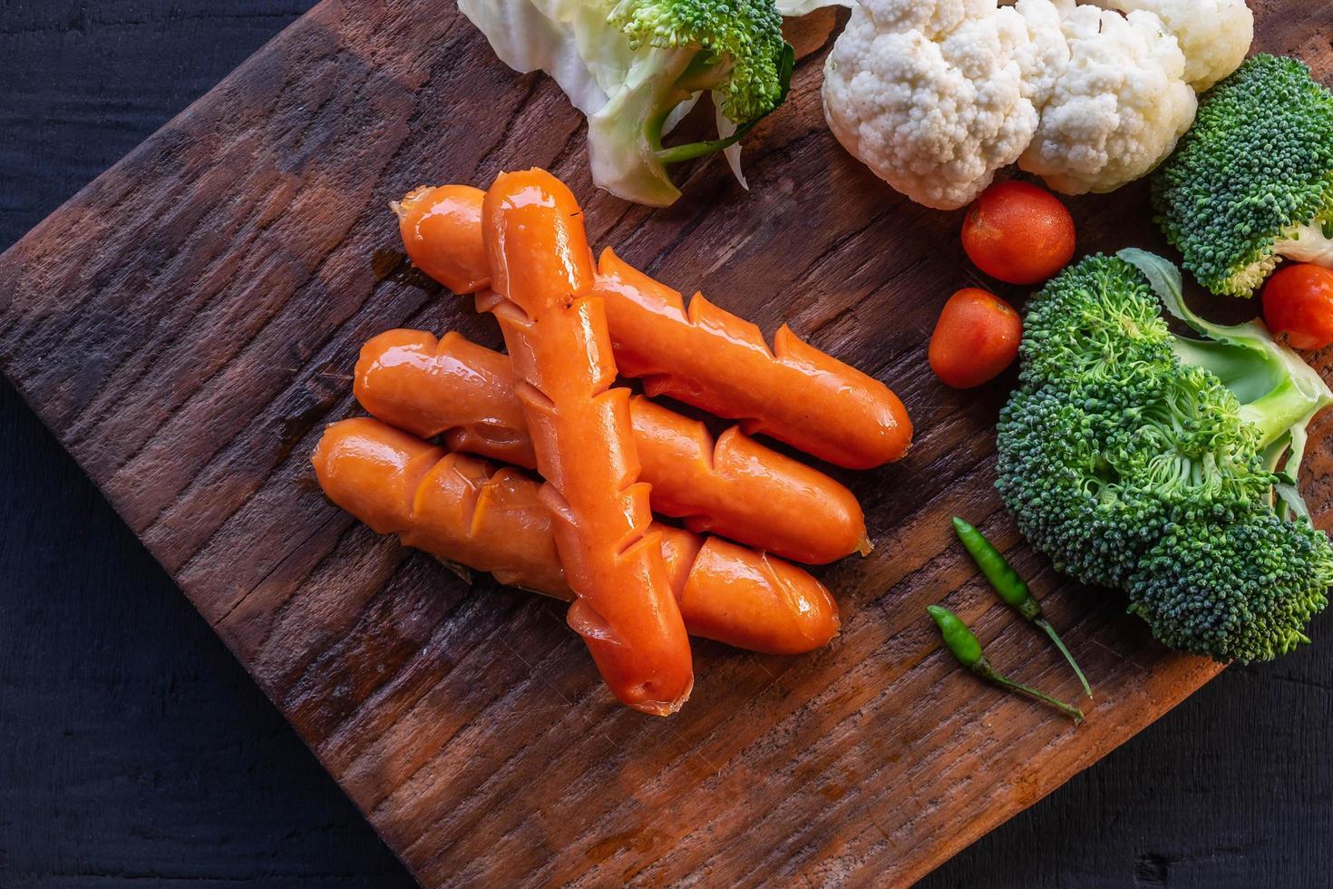 perros calientes y verduras foto