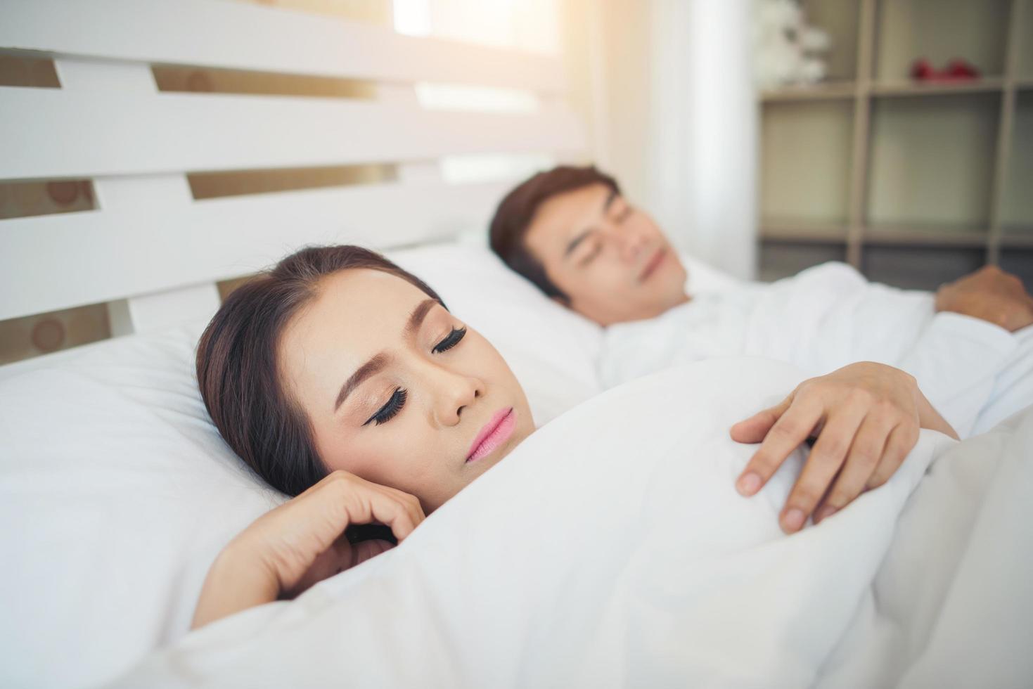 pareja feliz acostado juntos en su cama foto