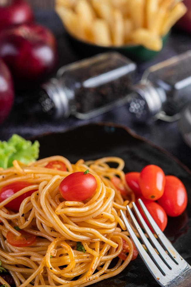 Spaghetti with tomatoes and lettuce photo