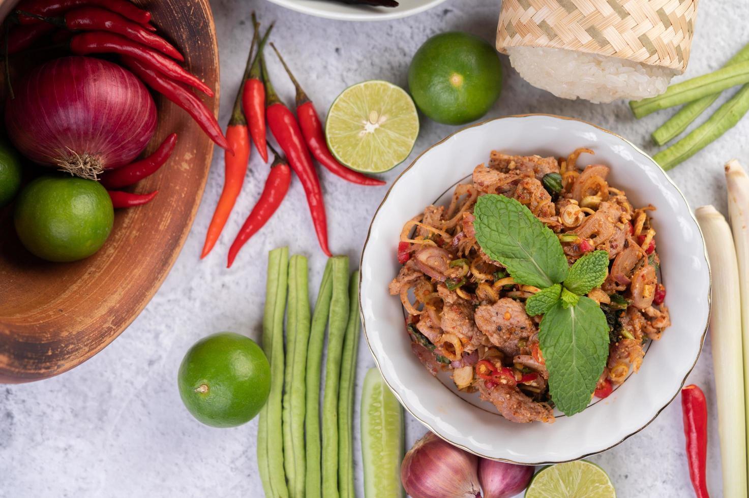 un plato de carne de cerdo picada con ingredientes foto
