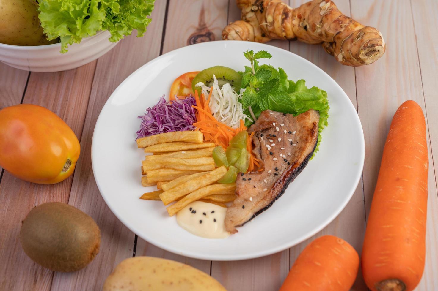 pescado con papas fritas y ensalada foto