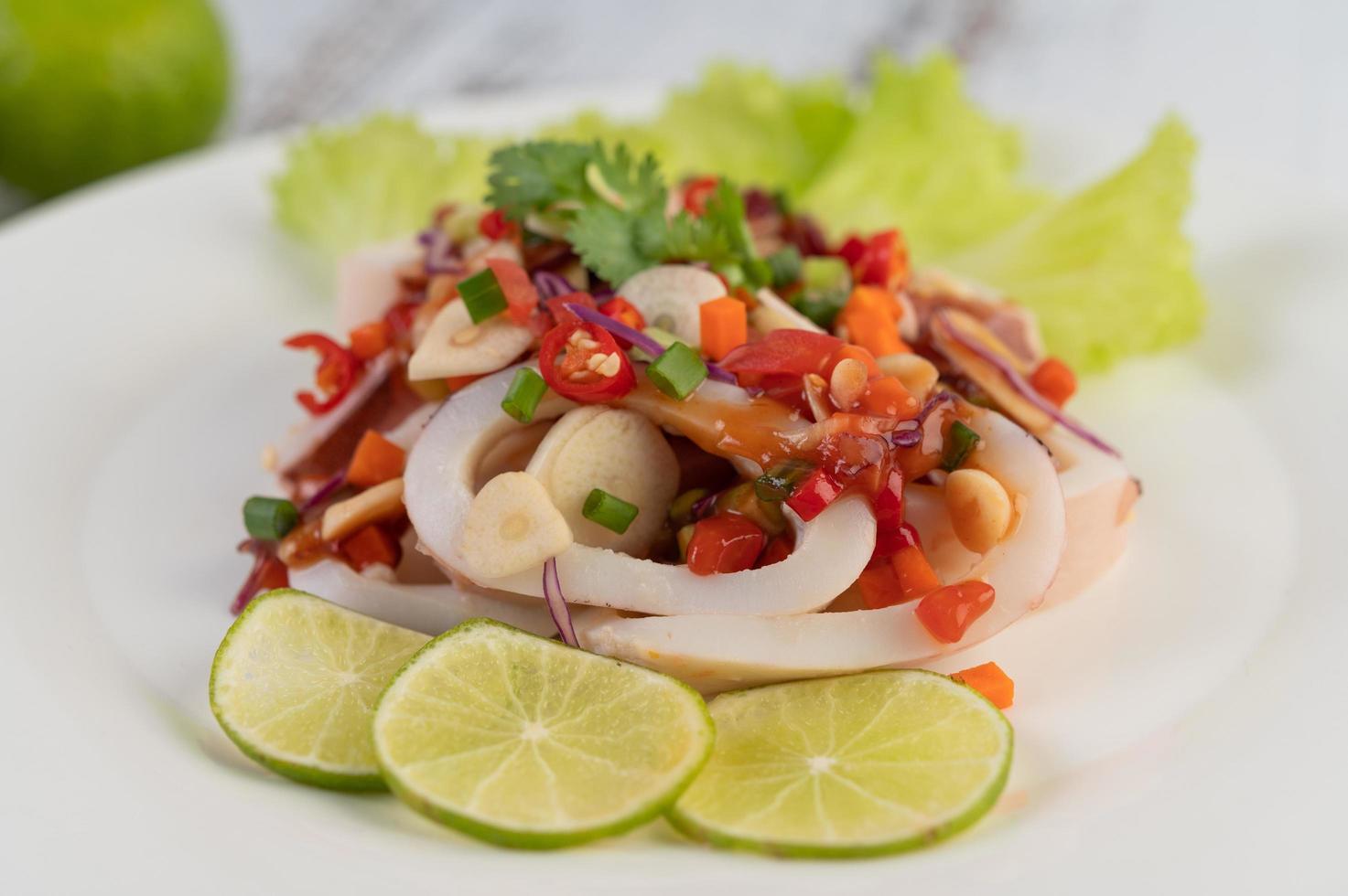 plato de calamar al limón picante foto