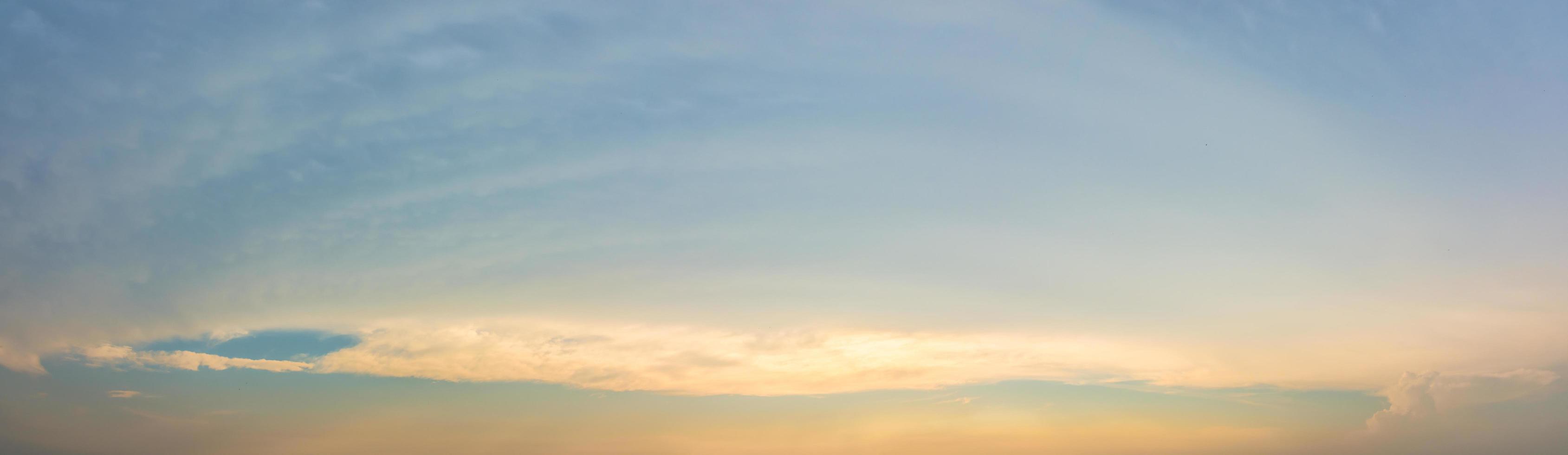 cielo azul con nubes al atardecer foto