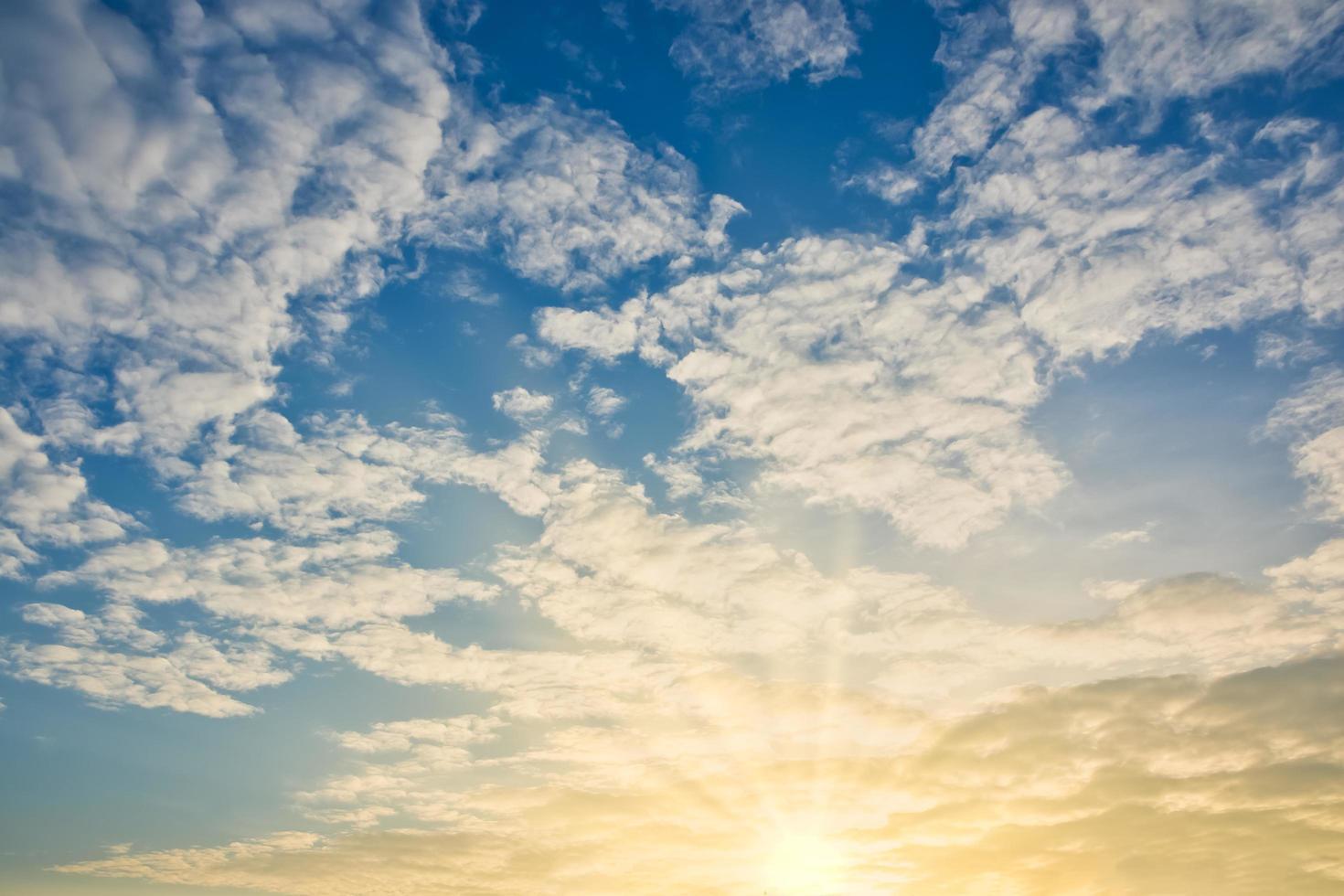 cielo y nubes al atardecer foto