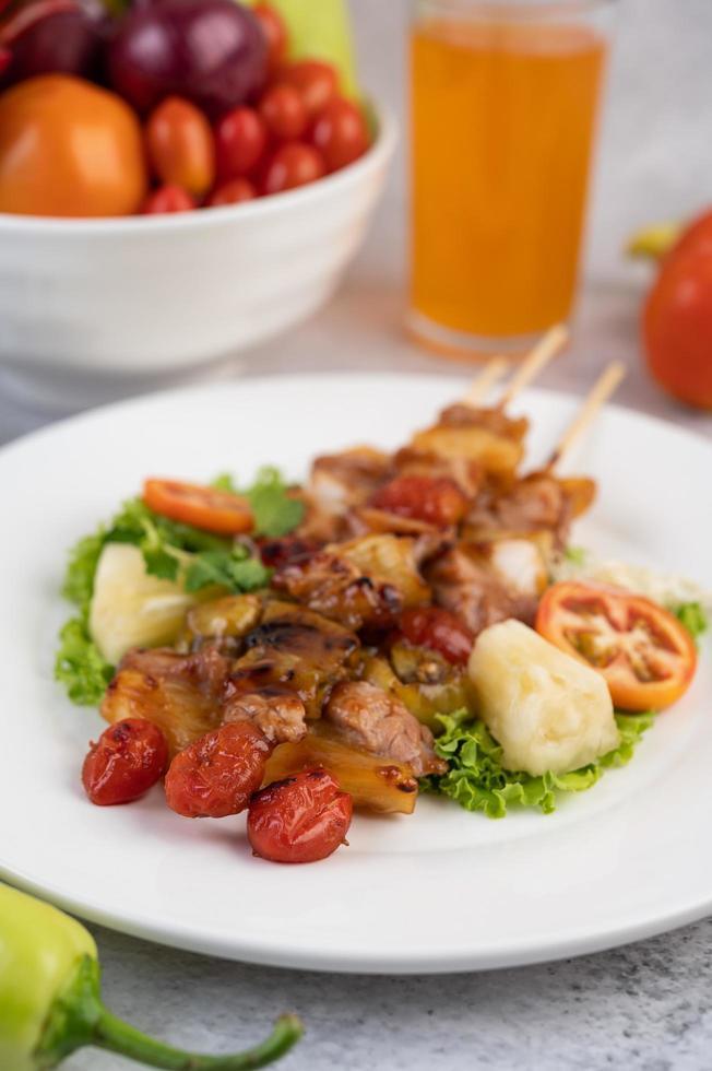 carne a la barbacoa con tomates y pimientos foto