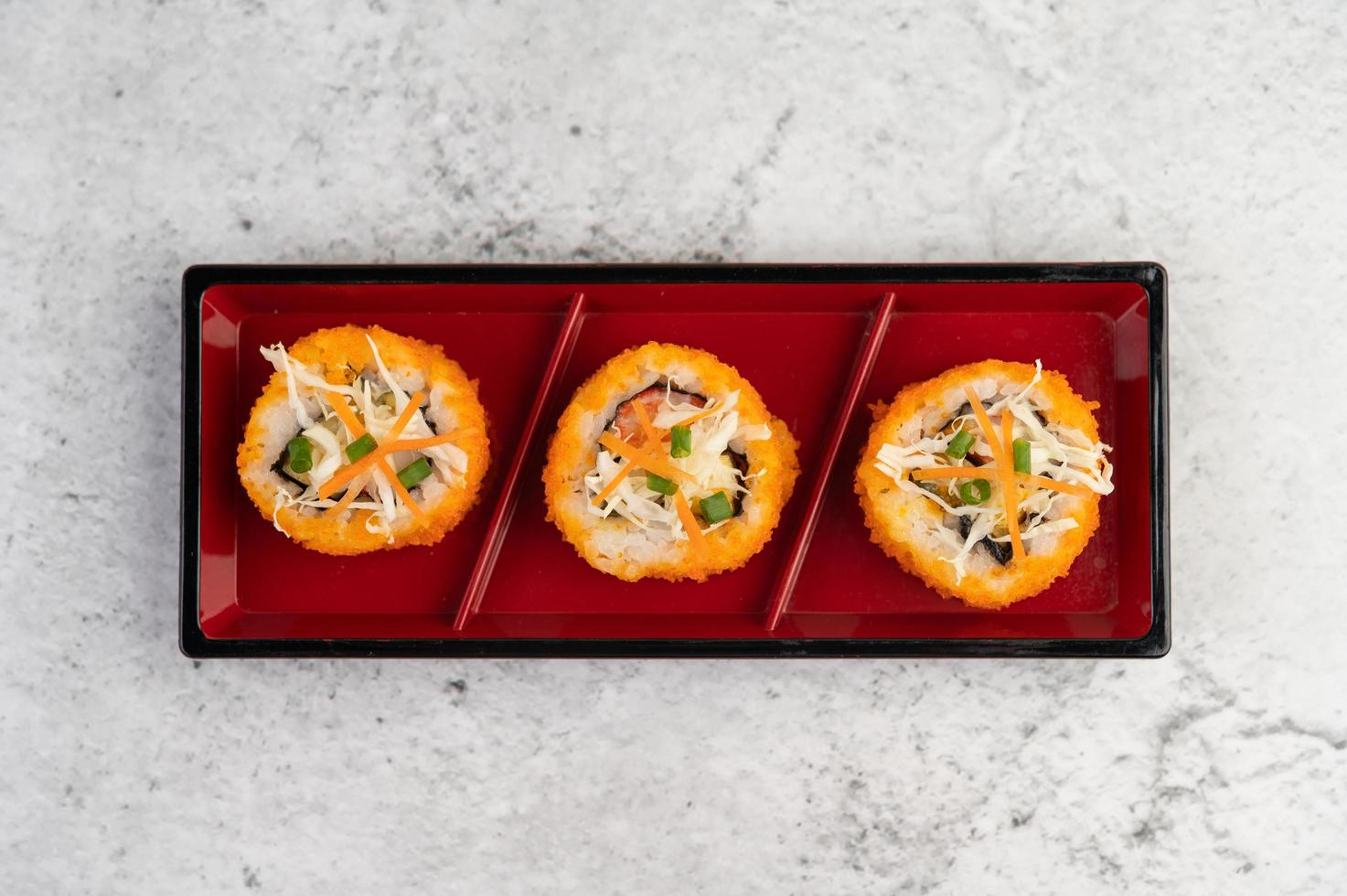 rollos de sushi surtidos foto