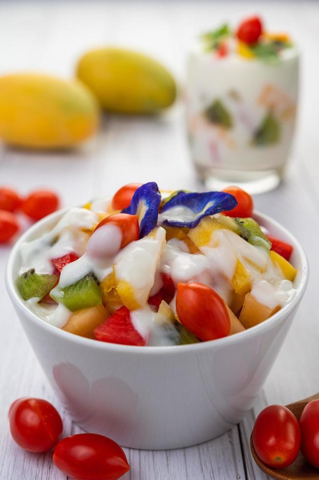 fruta fresca y yogur foto