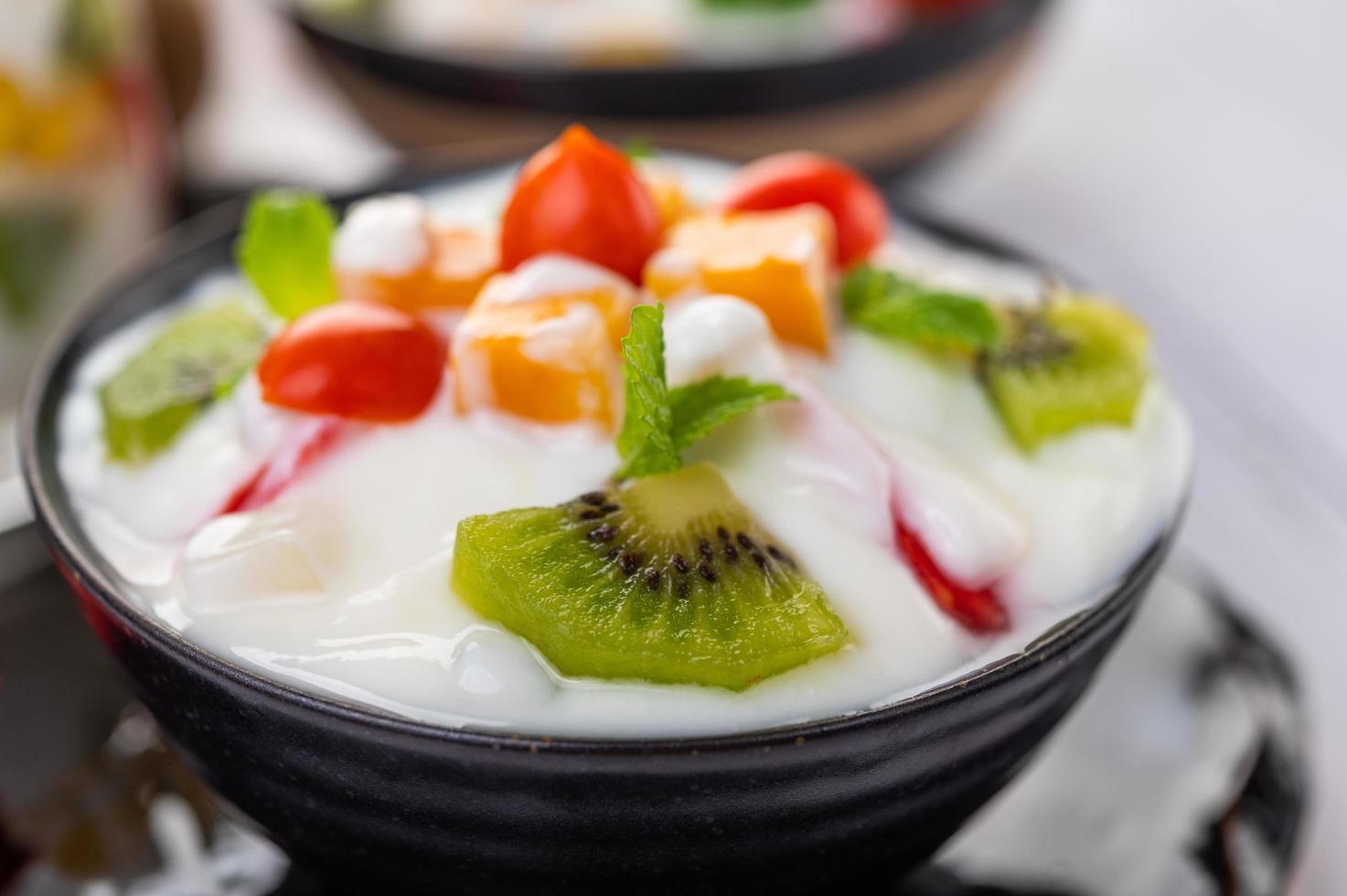 ensalada de frutas en un tazón de yogur foto