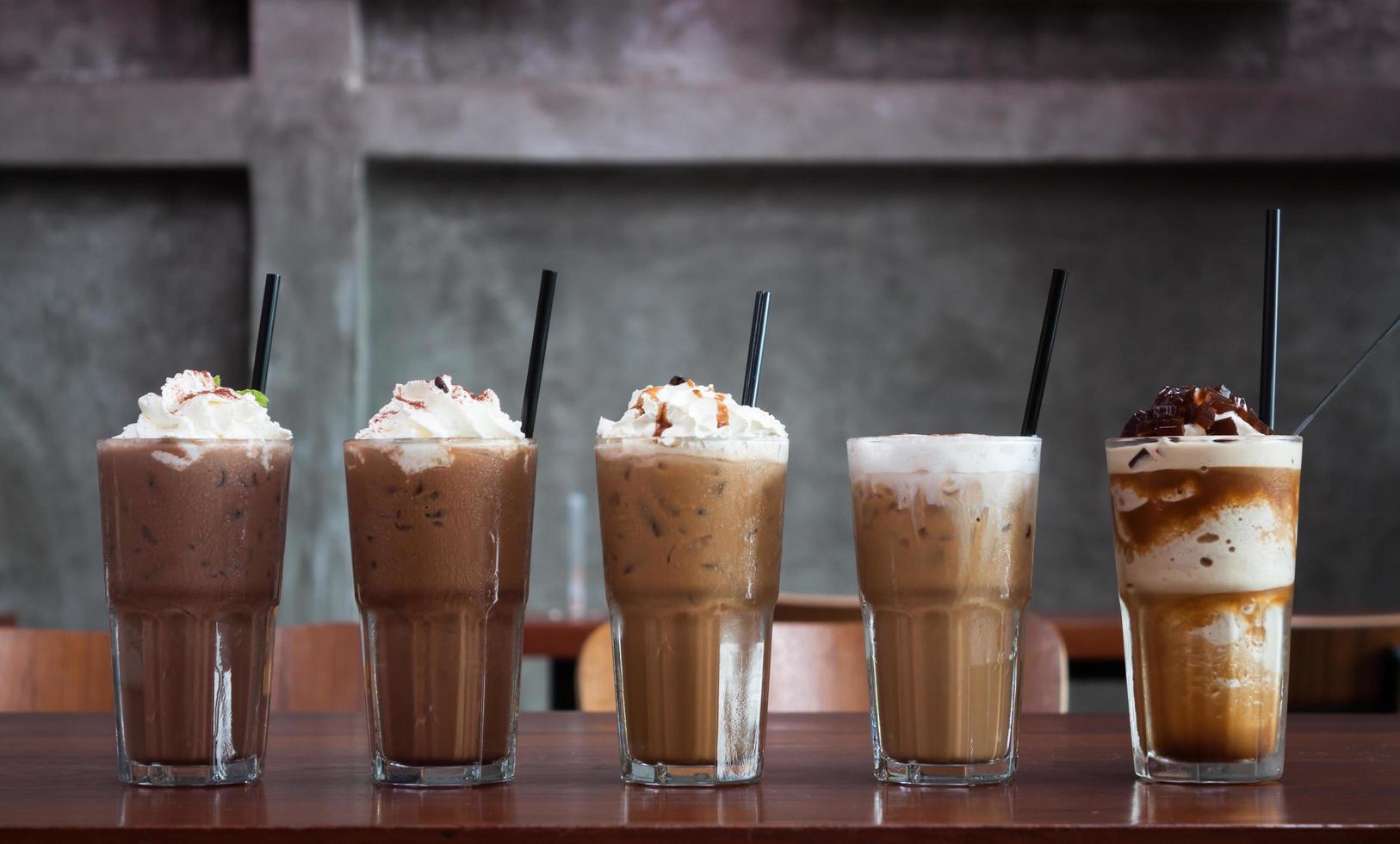 fila de cafés helados foto