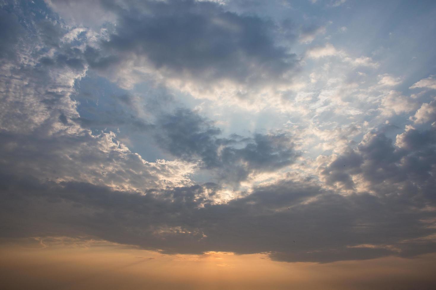 el cielo y las nubes al atardecer foto