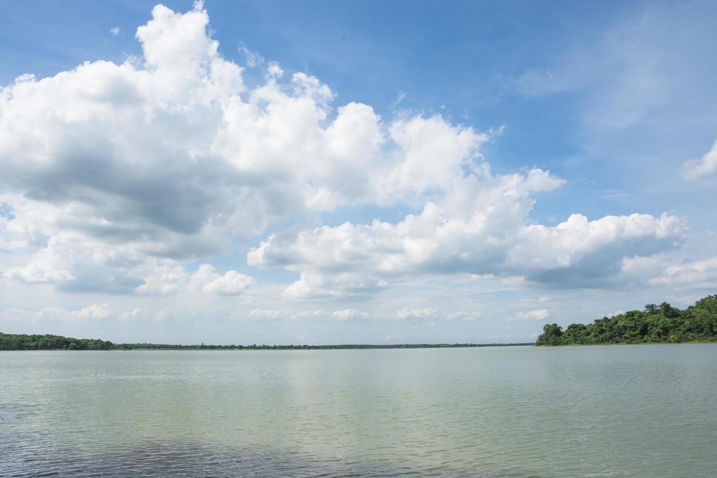 lago bajo el cielo nublado foto