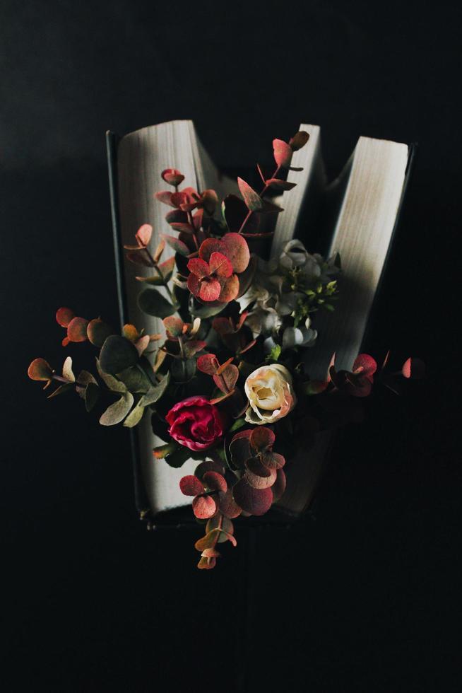 ramo de flores sobre un fondo oscuro foto
