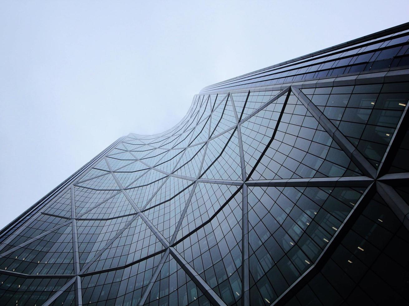 Fotografía de ángulo bajo del edificio gris. foto