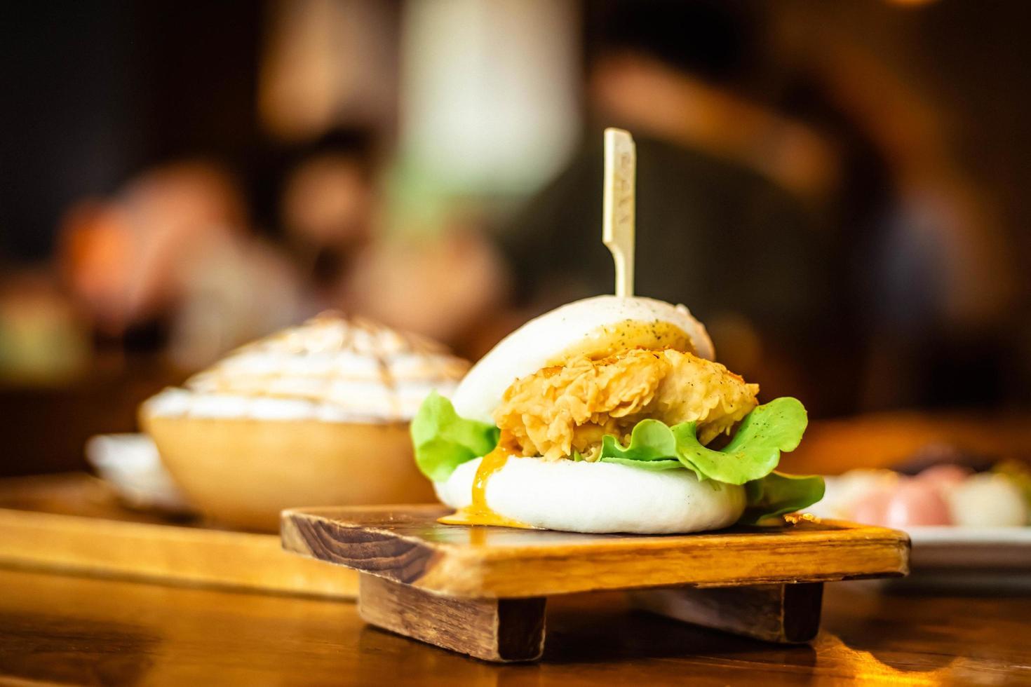 enfoque selectivo hirata buns.japanese traditonal food. cocina asiática hecha de bollos al vapor rellenos de ensalada y deliciosos rellenos salados, sándwiches o tacos foto