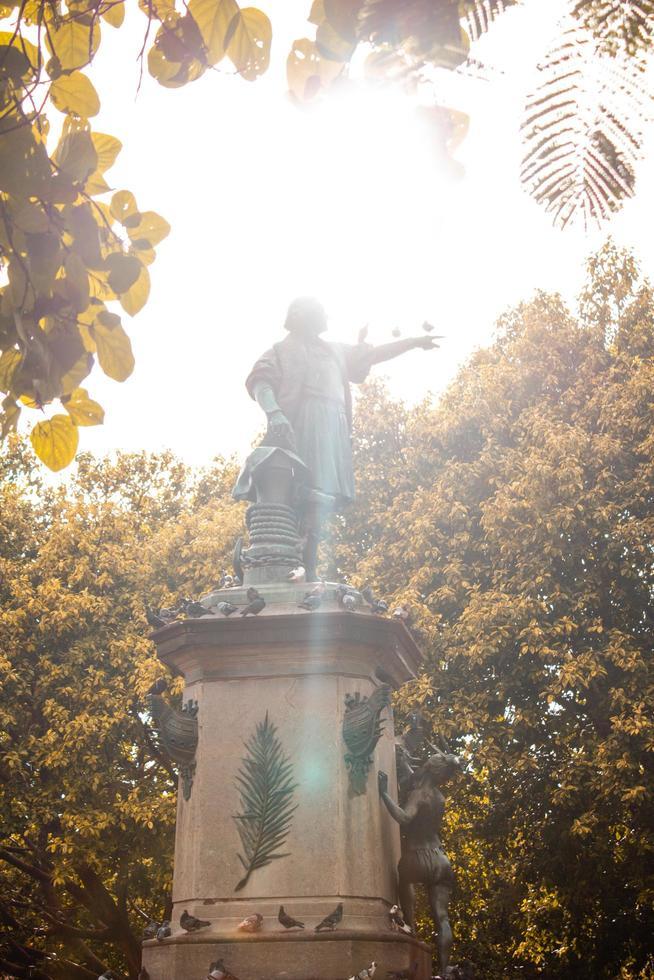 Santo Domingo, República Dominicana, 2020 - Estatua de un hombre sosteniendo un libro rodeado de árboles foto
