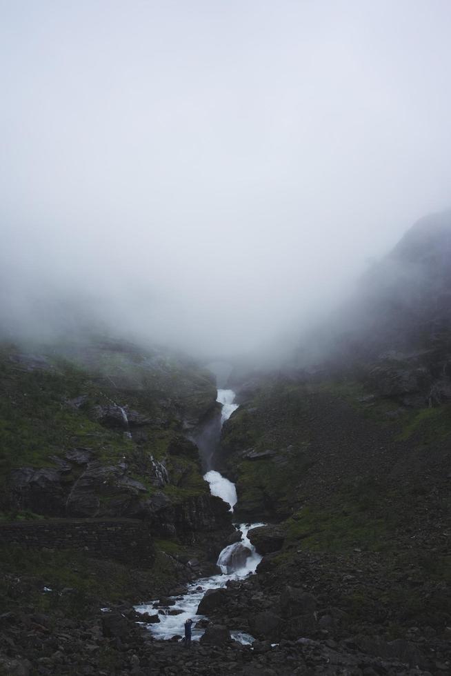 río que atraviesa montañas de niebla foto
