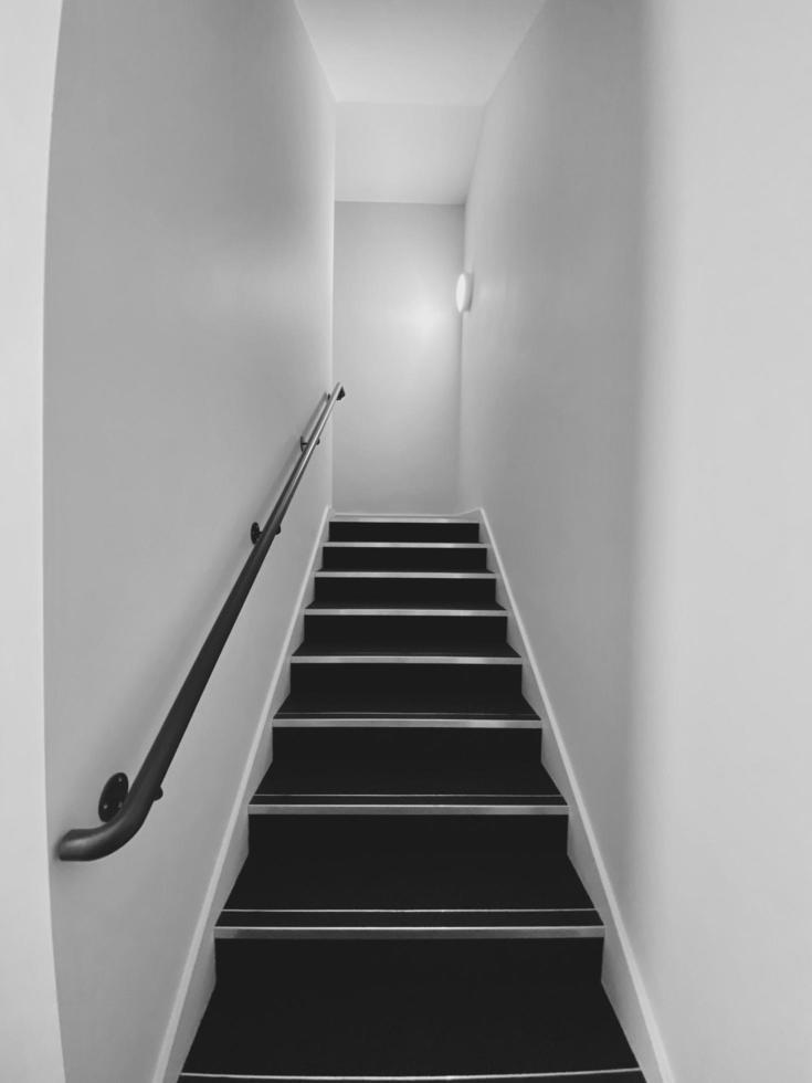 blanco y negro de una escalera foto