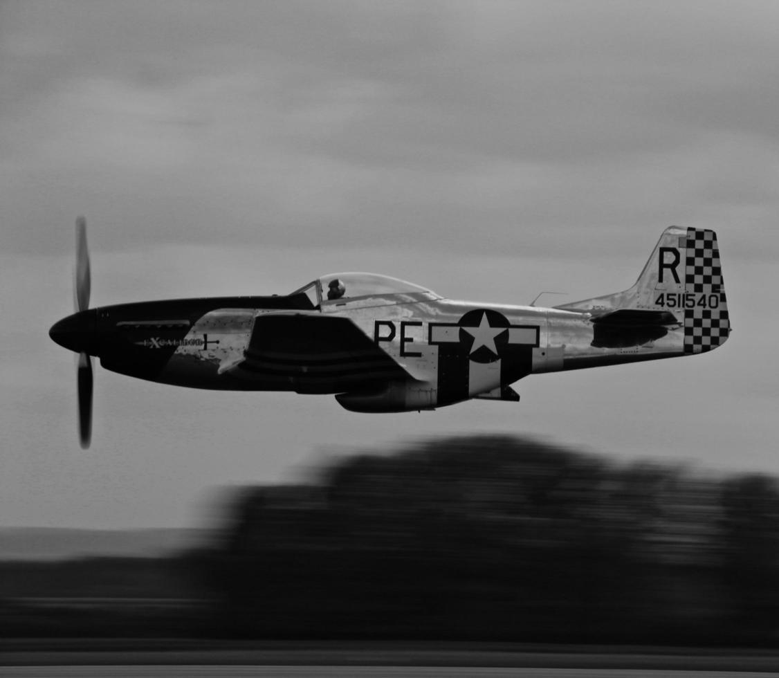 pardubice, república checa, 2020 - blanco y negro de un avión foto