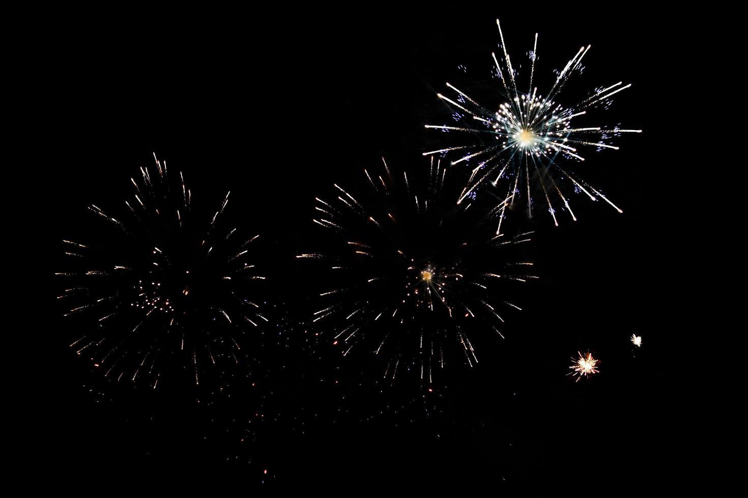 los fuegos artificiales iluminan la celebración del cielo foto