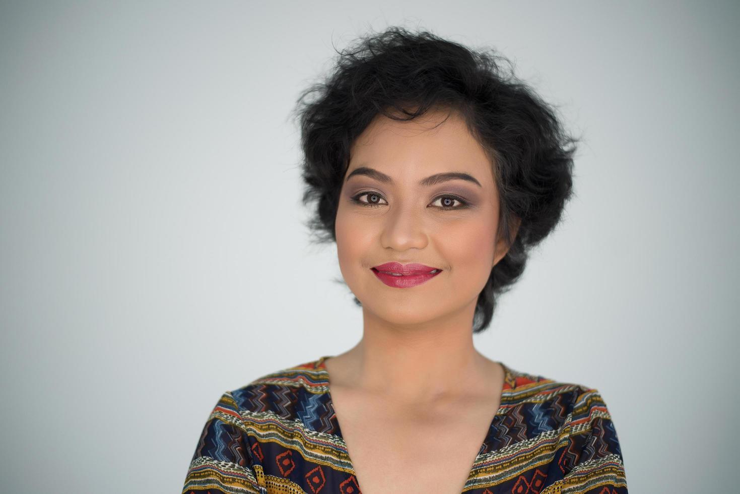 retrato de una mujer hermosa sobre un fondo blanco foto