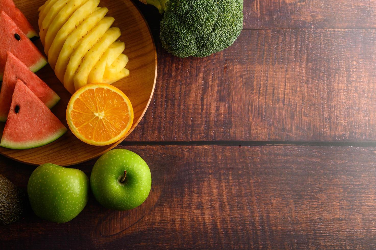 sandía de colores, piña, naranjas con aguacate y manzanas foto