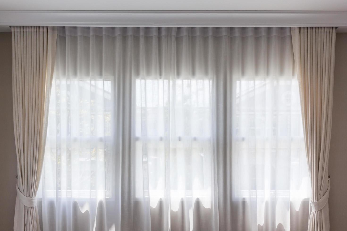 la luz del sol a través de una cortina foto