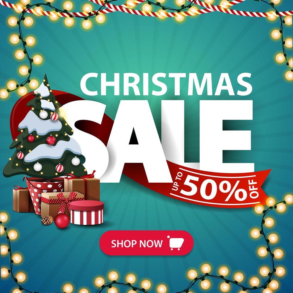 venta de navidad, hasta 50 de descuento, banner cuadrado azul de descuento con guirnaldas, letras grandes, cinta roja, botón y árbol de navidad en una maceta con regalos vector
