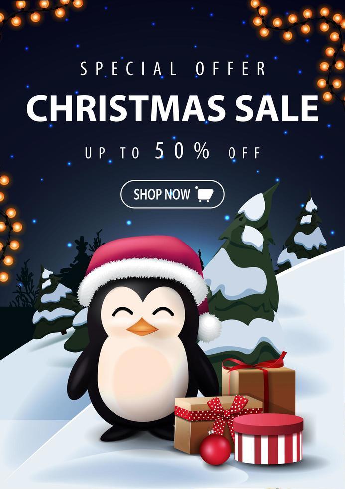 oferta especial, venta de navidad, hasta 50 de descuento, hermoso banner de descuento con paisaje de invierno de dibujos animados nocturnos en el fondo y pingüino con sombrero de santa claus con regalos vector