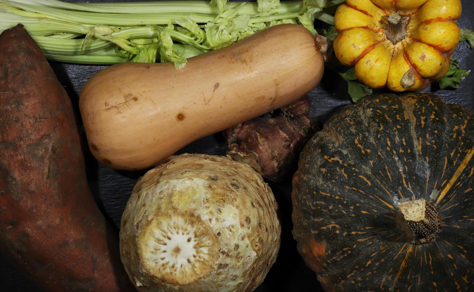 verduras en pizarra foto