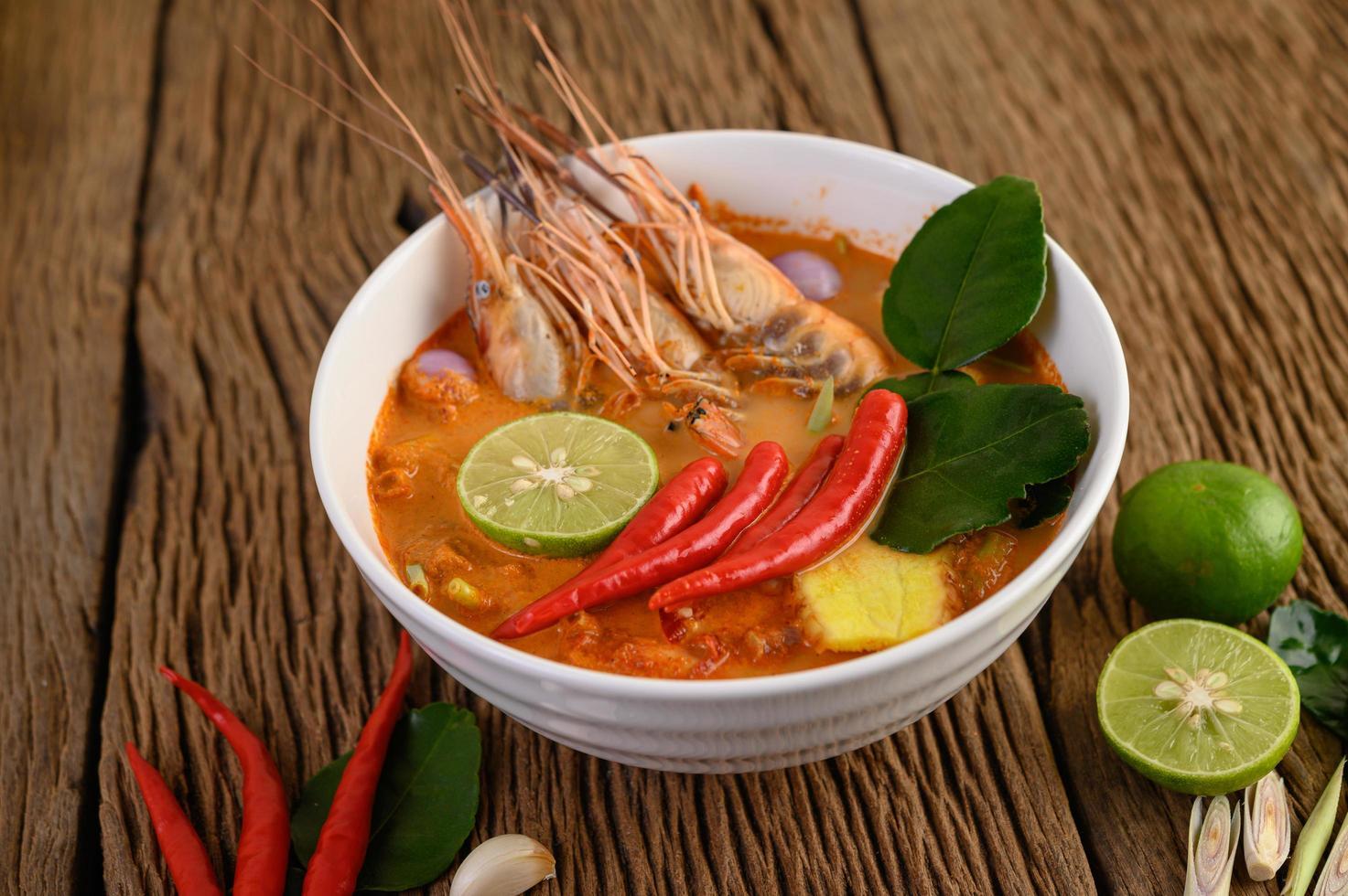 sopa tailandesa de tom yum kung caliente y picante foto