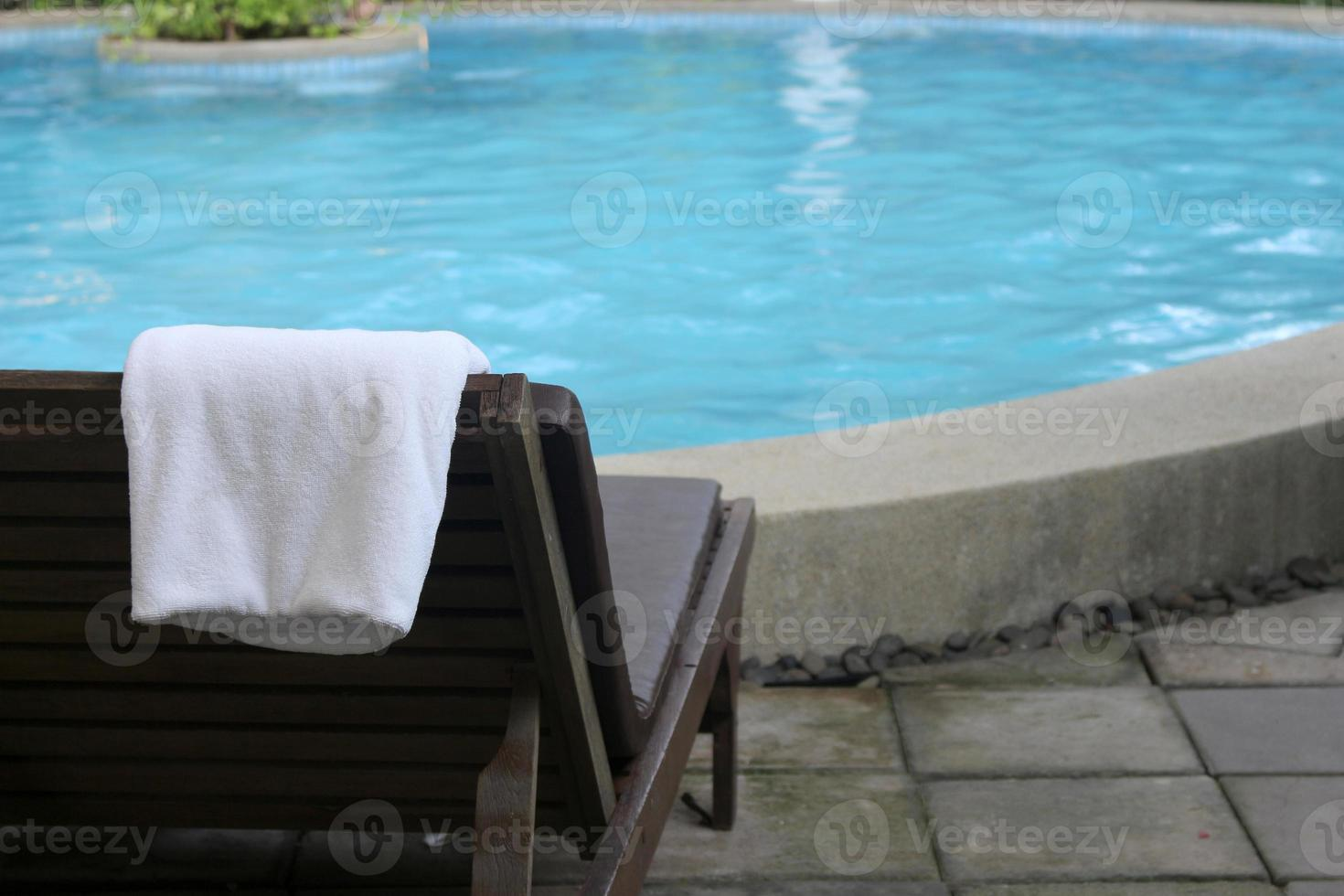 toallas en una silla de playa foto
