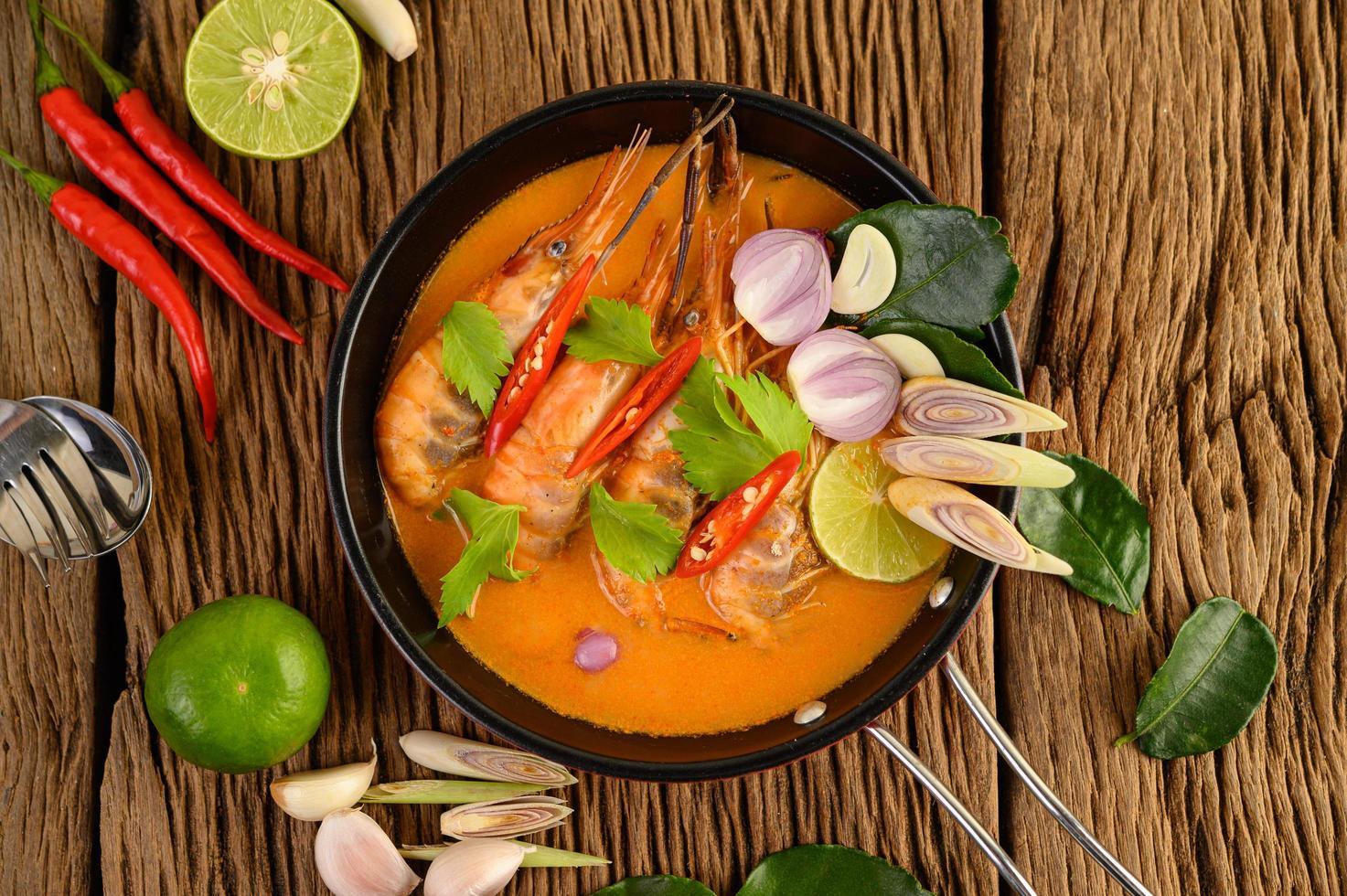 sopa picante tailandesa llamada tom yum kung con camarones foto