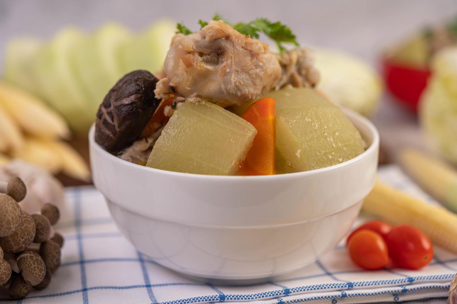 sopa de albóndigas de cerdo rodeada de ingredientes foto