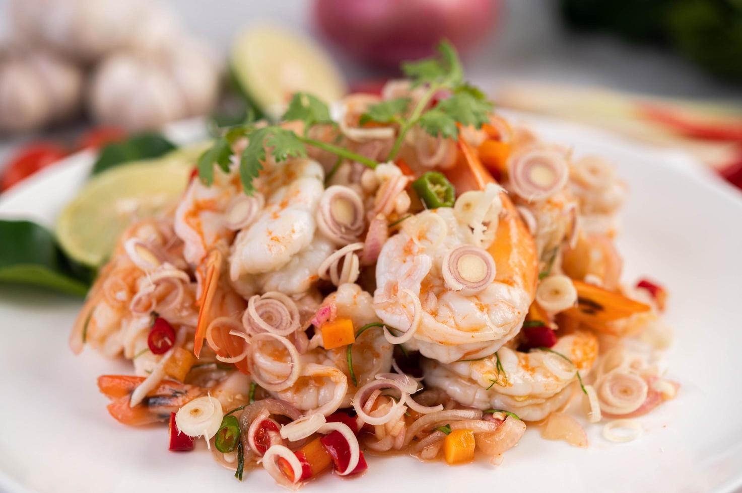 ensalada tailandesa picante con camarones foto