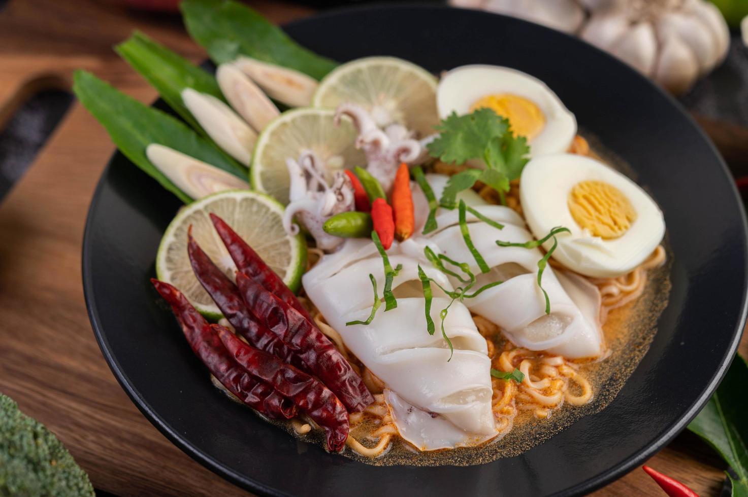 fideos con calamares y huevo cocido foto