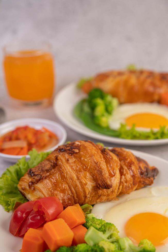 croissant de huevo fresco y desayuno de verduras foto
