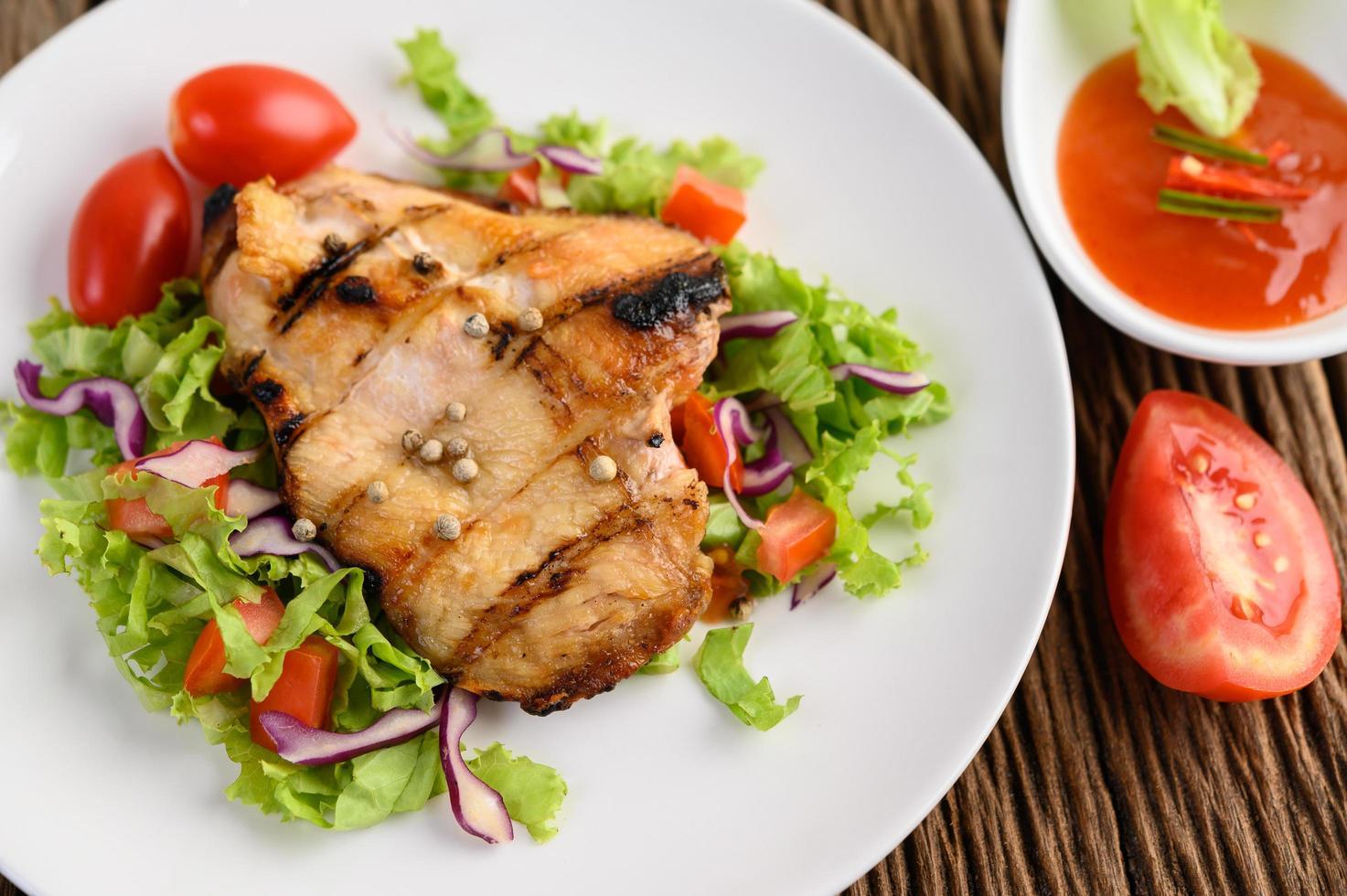 pollo a la plancha con ensalada foto