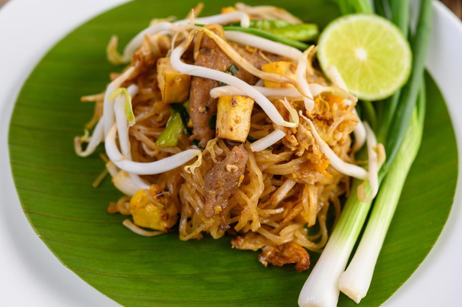 Pad thai plato en una hoja de plátano foto