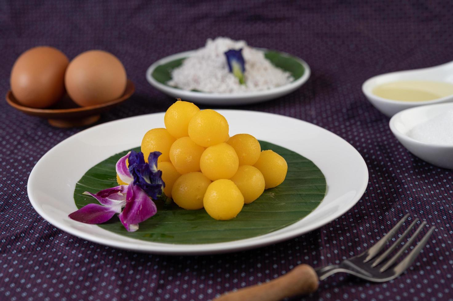 tanga yod, postre tailandés en una hoja de plátano foto