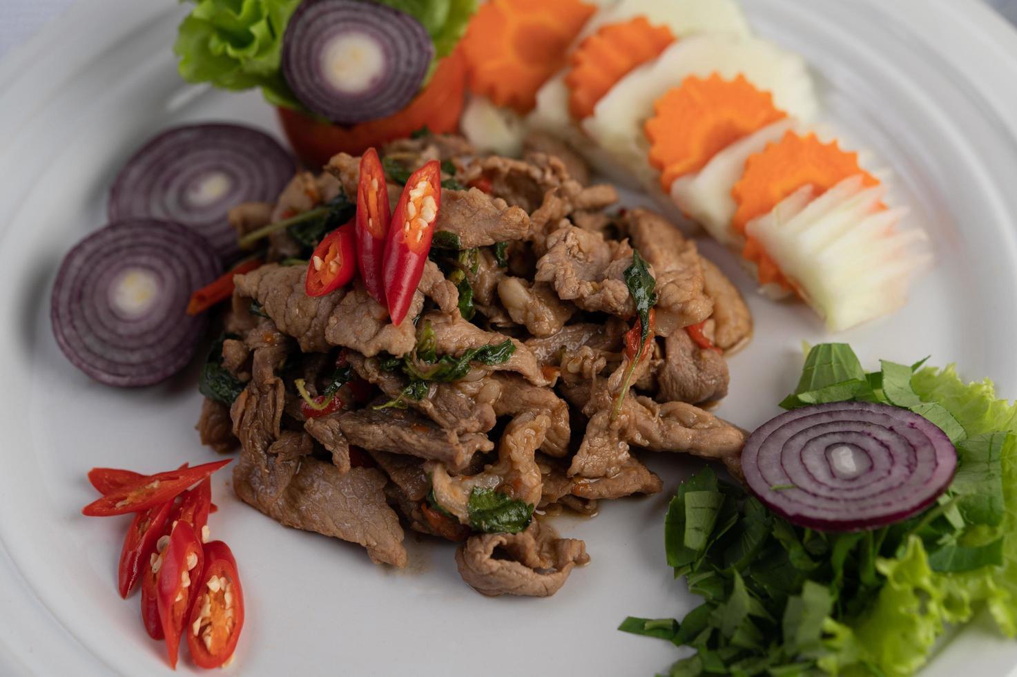 albahaca de cerdo salteada con zanahoria, pepino y cebolla foto