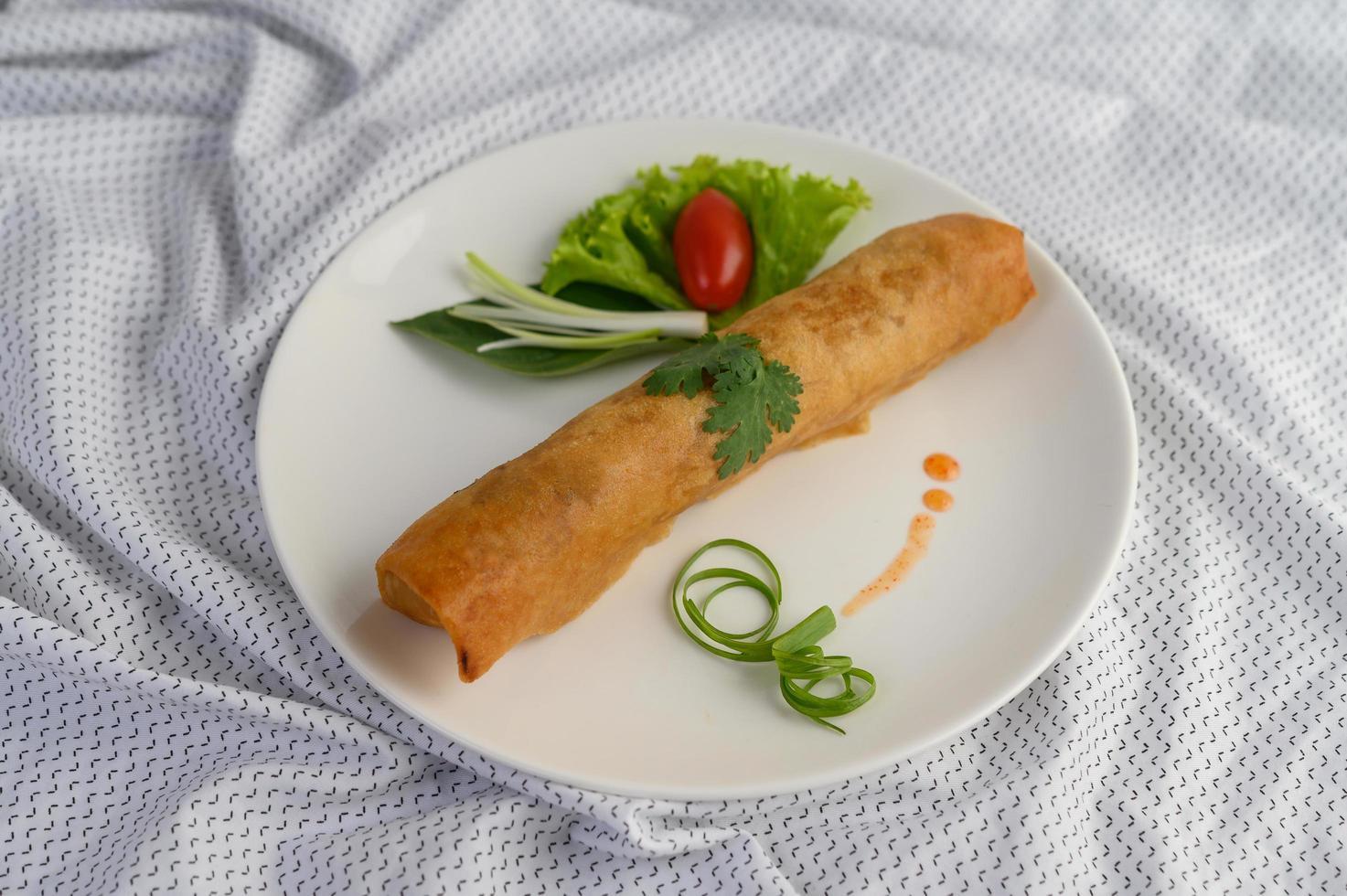 rollitos de huevo de primavera fritos foto