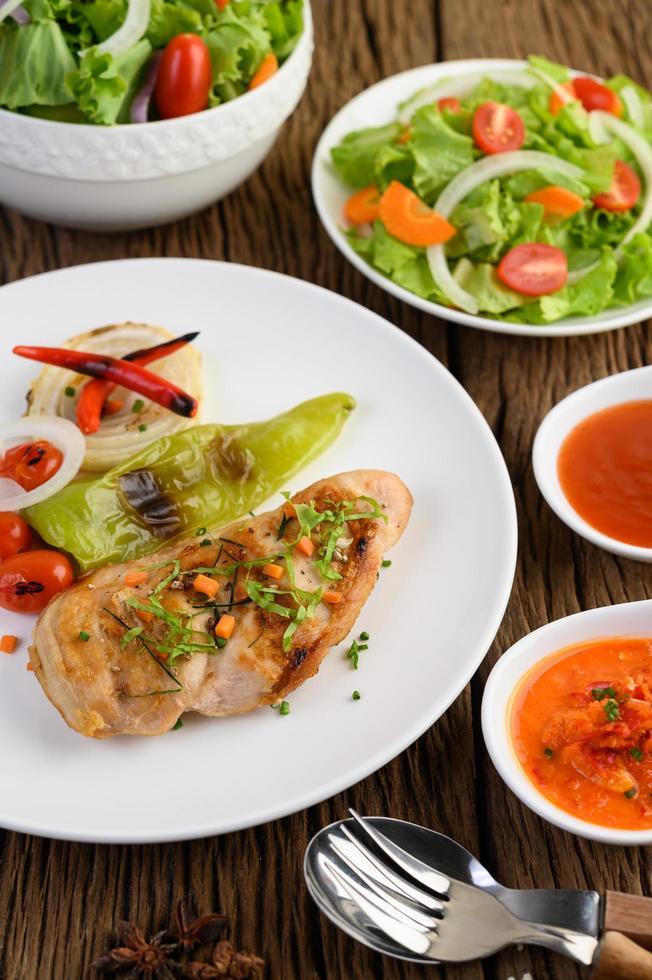 pollo a la plancha con verduras a la plancha y ensalada foto